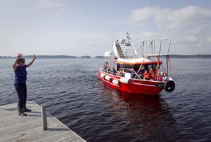 Fritidspedagogen Ann-Cathrin Andersson tar emot ännu ett båtlass med förväntansfulla barn.