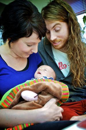 Sofia Thidé och David Engström blev föräldrar till lille Sander i slutet av november. De är positiva till möjligheten att kunna vara hemma tillsammans under fler dagar.