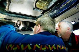 Lars Hellberg, till höger, inspekterar medan Nils-Anders Boije letar fel i hjulhuset. Foto: Henrik Flygare