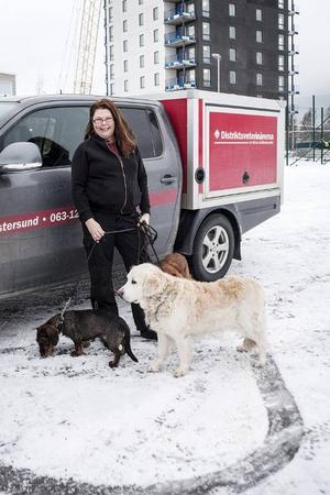 Distriktsveterinären Gunilla Josefsson med sina hundar Yaksa, Jack och Olle.