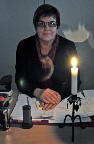 I receptionen tog Birgitta Haglund emot, i skenet av tända ljus.