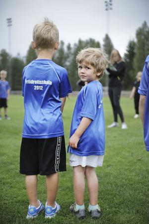 På Friidrottsskolan är det kortärmat och shorts som gäller. När lek och sport står på schemat blir man snabbt svettig.