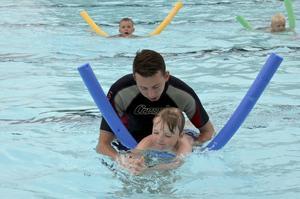 Simtag. Läraren Erik Stenudd visar hur Viggo Carlsén ska göra med armarna för att lära sig simma.