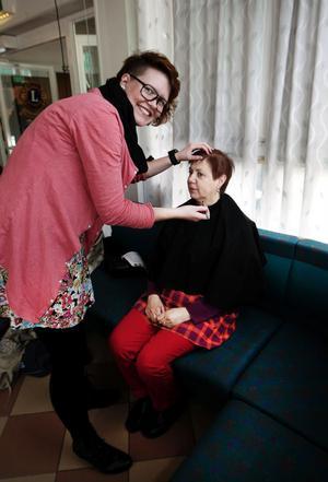 Frisör Ann-Sofie Alfredsson erbjöd extrabillig noppning av ögonbryn. Ylva Bjurén tog chansen att bli lite extra vårfin.