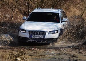 Audi A4 Allroad tar sig fram i tuff terräng tack vare ett bra fyrhjulsdrivningssystem och ett vidareutvecklat stabiliseringsprogram. Men markfrigången är för liten och bilen riskerar att bli hängande på underredet. Foto: Ullrich Sonntag