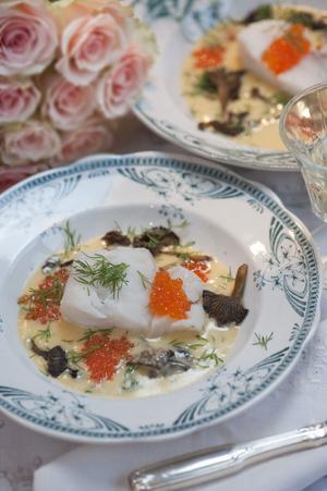 ELEGANT. Ångad torsk är både elegant och lättlagad. En ljuvlig smörsås med svamp och forellrom gör det hela till en himmelsk måltid.