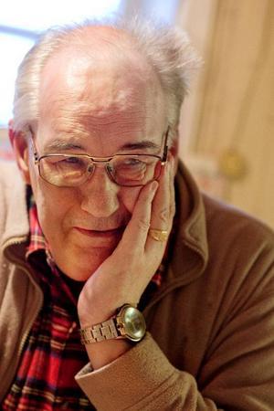 """På fredag inleds det nya året. Den sista dagen av 2009 ska cancersjuke Gösta Olofsson fira hemma i huset i Svenstavik. Annat var det när han var liten. """"Det var en lång väntan på att klockan skulle slå midnatt och det var dags att gå ut för att skjuta raketer"""", säger han.    Foto: Ulrika Andersson"""