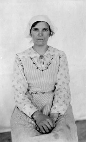 Maria Isaksson fotograferad av Herman Lundborg i Övre Soppero, troligtvis sommaren 1924.