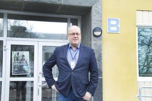 Mats Berglund utanför Brinellskolan.