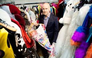 """Lars Wallin har själv valt vilka kläder som ska visas i utställningen. """"Det har varit svårt att välja vad som ska vara med, men jag kallar det Fashion stories eftersom varje klänning jag valt ut har något att berätta"""" förklarade han för VLT i början av april."""