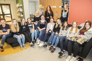 Några av de sjundeklassare i Sveg som hjälpt författaren Anders Jacobsson på traven med hans kommande fantasyroman.