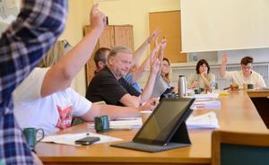 Splittrat. En oenig kommunstyrelse beslutade efter votering, röstning, att biblioteket även i fortsättningen ska drivas på entreprenad.