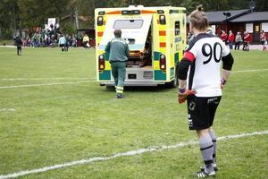 Torsåkers målvakt Jesper Olsson kan bara se på när lagkamraten Rickard Eriksson forslas bort med ambulans från matchen.
