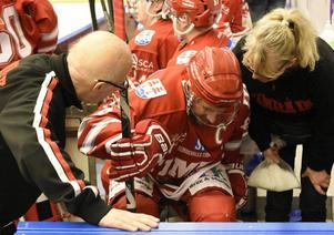 Per Hallin skadade sig och fick föras till sjukhus under matchen mot Mora.