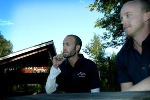 Får liv i puben. Robert och David Hjernberg håller över sommaren pub-aftnar i Söderbärkeparkens pub. Foto:Fredrik Larsson