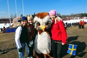 Populär maskot. Hanna Jansson, Jennifer Dolleris och Hanne Ahlberg kramar om spelens maskot Bubo.