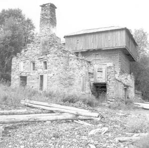 Masugnen och ruinerna av gjuteriet i Rönnöfors tillhör de lämningar som de bergshistoriska forskarna kommer för att studera. Foto: Jamtli bildarkiv