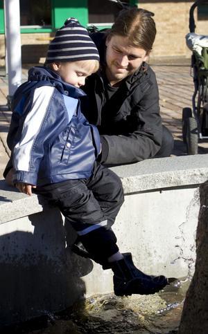 """Bara flum. """"Väldigt flummigt."""" Det är Kristian Josefssons kommentar till det politiska läget just nu. Alvin, 2,5 år, är mer intresserad av vattnet i fontänen."""