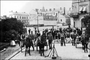 Läggning av kullersten vid dåvarande Järnvägsparken, där nuvarande E4 går. Husen i bakgrunden är de första husen vid Storgatans början.
