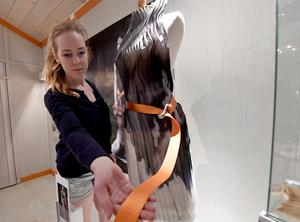 Anna Spånberg med sin utställning