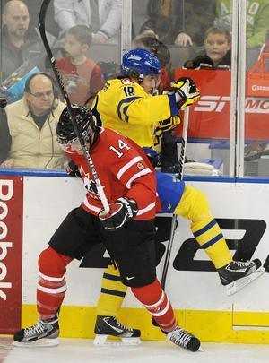 Kanadas Brett Connolly trycker till Victor Rask hårt i träningsmatchen i Edmonton dagen innan julafton.