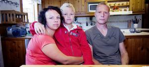 Katrin Johanssons och Björn Myrbergs son Anton är ett av alla barn som drabbas när kommunen drar in skolskjutsen.