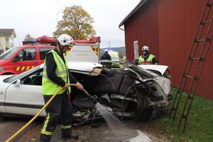 Halva bilen totalramponerades. Den omkomne passageraren satt i baksätet.