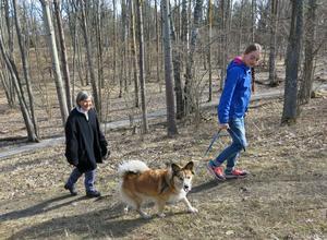 Anne-Marie Stiger följer gärna med barnbarnet Emma Stiger när hon rastar Frami i Mälarparken.