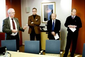 HISTORISK NEDSKÄRNING. Sandvik AB förbereder nu den största neddragningen i företagets hundraåriga historia. Beskedet lämnades i går av koncernledningens representanter Peter Gossas, Anders Wallin, Anders Thelin och Lars Josefsson.