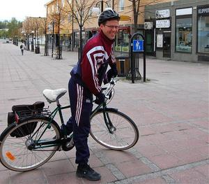 Krister Lindholm var en cyklist uppe i ottan som fick en hjälm. Och tur var väl det, för han hade ingen på sig när han kom cyklandes över torget vid sjutiden på tisdagsmorgonen. Han fick också information kring riskerna att cykla utan hjälm.