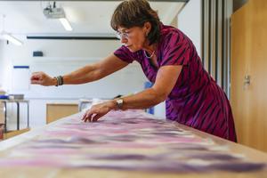 Solveig Lindh, från Stockholm, tillverkar en schal med hjälp av nunotova tekniken.