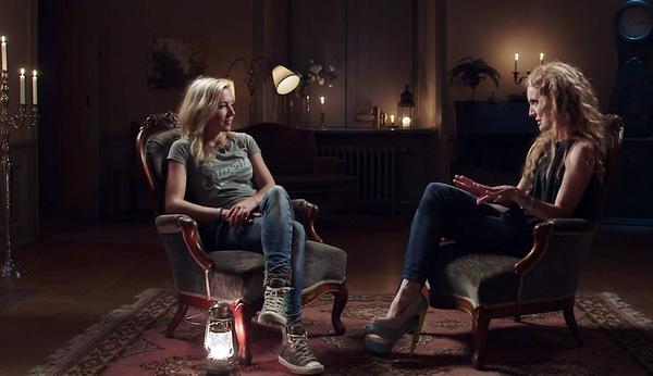 Hanna Sundin och mediet Anne-Kristine Augestad i måndagens avsnitt.