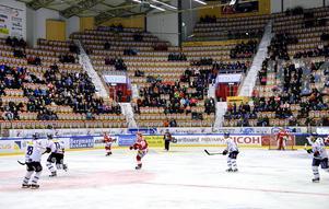 Vad sysslar publiken med? undrar Magnus Sjöstedt som har städat efter Timrå IK:s matcher i Eon arena. (Personerna på bilden har ingen direkt koppling till artikeln.)
