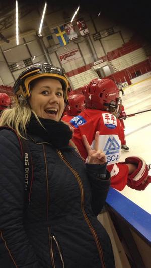Elin Granebrandt ställer ut förälskat hockeyfotografi.