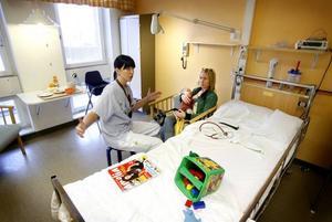 Rufus, 10 månader, sondmatas för att gå upp i vikt igen efter en svår infektion. Sjuksköterskan Mikaela Pollmeyer och mamma Anna Rydbäck är båda oroliga för konsekvenserna av de kraftiga nedskärningar som planeras.