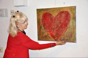 """Hjärtformen återkommer ofta hos Margareta Sjödin, liksom den röda färgen. """"När jag är lugn och tillfreds målar jag blått. Rött blir det när jag behöver tillföra mig själv energi""""."""