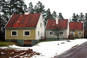 SÄRDRAG. De tre gamla tjänstebostäderna på Tallmon förslås omfattas av varsamhetsbestämmelser. Det innebär att fastighetsägaren måste beakta byggnadernas särdrag.