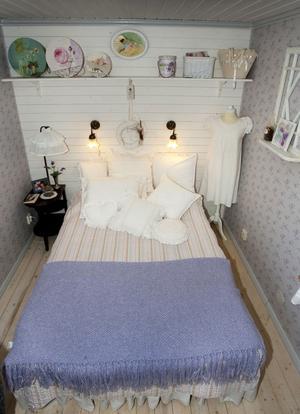 Sommarsött. Sovrummet ligger i den nybyggda delen.