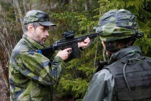 Vapensäkerhet och vapenhantering är viktigt i samband med övningarna.  Lars-Olow Olsson, instruktör, visar hur vapenhanteringen ska se ut.
