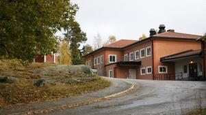 En rektorsstrid bröt ut i Ösmo 1979. En av ortens skolor är Tallbackaskolan.