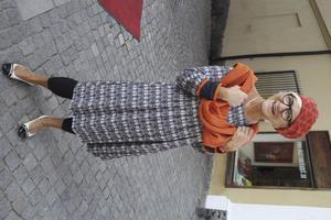 Kulturnämndsordföranden Marita Öberg-Molin älskar färger. Hon bär en du Milde-klänning med grafiskt mönster, orange basker och sjal från Ronström.