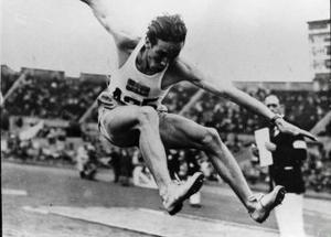 Detta är trestegstävlingens första, längsta och endasportsliga hopp. Arne Åhman. Nordingrå SK vinner OS-finalen i London1948 just innan regnet börjar ösa ner på riktigt. 15.40 m. var det nästsämsta segerresultatet sedan 1924.