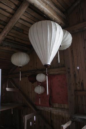 På magasinets övre våning syns dekorativa lampor och just nu även en fotoutställning med bilder som fotografen Anna Gullmark har tagit.