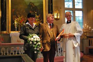 Eva Österlind och Mikael Allansson vigdes av kyrkoherden Magnus Hedin.