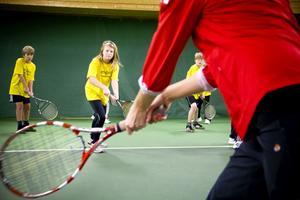Alma Dahlberg har fullt fokus på att få till den rätta svingen i sin backhand under tennisträningen.