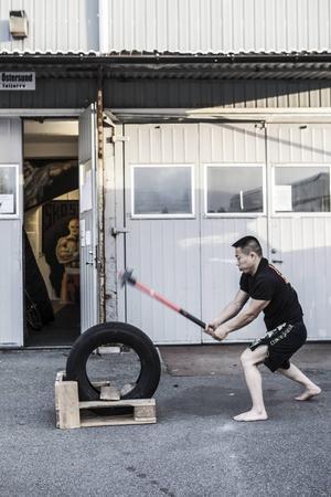 Några av de tiotal övningar som ingår i tävlingen:      Max antal slag med slägga på en minut.