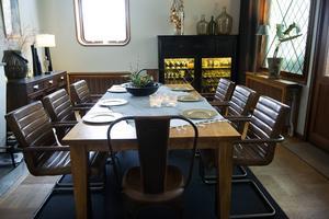Matsalsbordet är i massiv ek och här sitter familjen och äter middag.