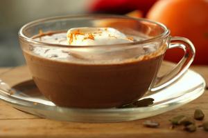 Apelsin, kardemumma och rom sätter smak på vuxenchokladen.