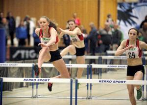 Finishen i D17–finalens korta häcklopp: Emelie Nyman Wänseth är redan på väg över sista häcken med Anna Engelin en liten bit efter.