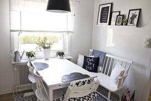Matplatsen går i svart, vitt och grått, precis som resten av huset. Pinnsoffan är nyinköpt.
